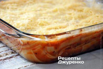 Смазать верх лазанью молочным соусом. Посыпать лазанью натертым на терку твердым сыром