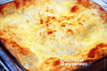 Поставить форму с лазаньей в разогретую до 230 градусов духовку