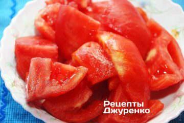 Нарезать помидоры на куски и сложить в блендер. Измельчить помидоры до состояния пюре