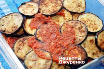 На сковорідку вилити томатне пюре, додати подрібнену зелень з часником. Посолити і поперчити, додати 1 ч.л. цукру