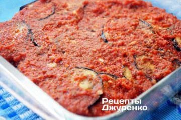 Поставити форму з баклажанами в духовку, розігріту до 200 градусів, на 15 хвилин від моменту закипання соусу
