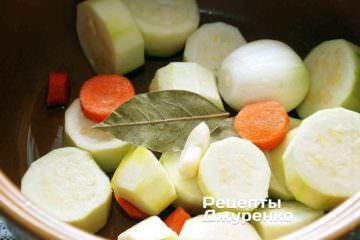 Все овощи сложить в кастрюлю, добавить воду и специи