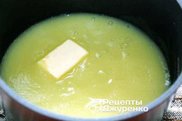 Перелить кабачковое пюре в кастрюлю, посолить и поперчить по вкусу. Добавить 1 ч.л. натурального сливочного масла