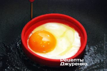 Поджарить яйца до предпочтительной степени готовности
