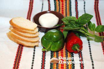 Хлеб, моцарелла, перец и базилик