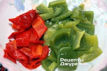 Испечь перец. Дать печеному перцу немного остыть и очистить его от семян. Нарезать перец на небольшие ломтики