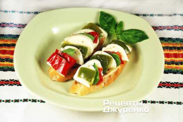 Готовий бутерброд з сиром і перцем викласти на тарілки подавати до столу.