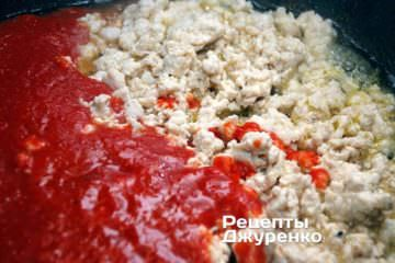 Влить на сковородку подготовленное томатное пюре. Если пюре слишком густое, можно добавить несколько столовых ложек воды — она в итоге выкипит