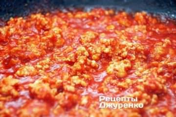 Тушкувати на вогні «вище середнього» 10 хвилин. Далі кришку зняти і помішуючи випарувати зайву вологу до бажаної густоти соуса