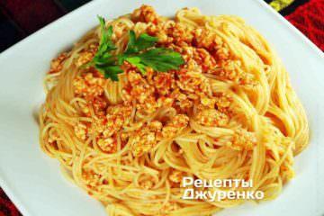 Спагетті з куркою та томатами
