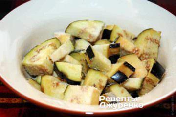 Варто перед приготуванням нарізати баклажани і посипати сіллю. Залишити на 20-30 хвилин, потім промити і трохи віджати. При такій обробці гіркоту зникне