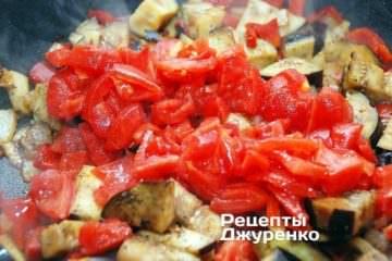 Додати нарізаний помідор
