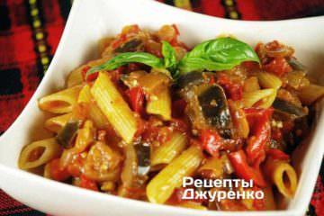 Готову пасту змішати з готовим соусом з баклажанів і помідорів, акуратно перемішати