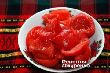 Помідори залити окропом на 1 хвилину, очистити від шкіри і насіння. М'якоть помідорів дрібно нарубати ножем