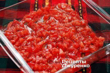 В подходящую по размеру форму выложить половину измельченных томатов