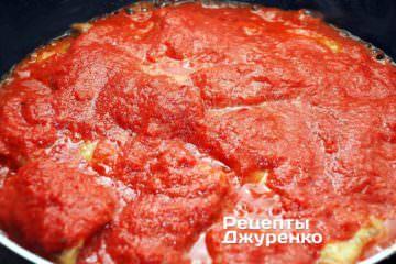 Як тільки риба готова, акуратно залити її прямо на сковорідці підготовленим овочевим пюре з томатами