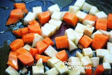 Обжарить корень сельдерея и морковь в течение 5 мин на сильном огне, постоянно помешивая