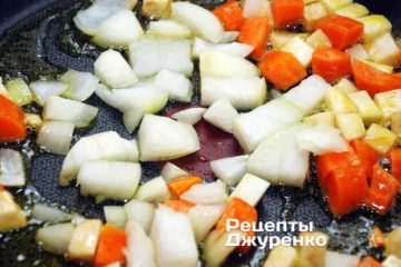 Добавить нарезанный лук на сковородку и продолжать все обжаривать
