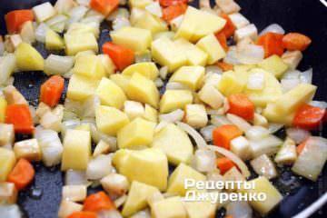 Очищену картоплю нарізати так само, як і інші овочі. Обсмажувати картоплю з овочами 6-7 хвилин