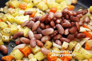 Обжаривать все овощи до легкого подрумянивая и сразу же добавить отваренную фасоль