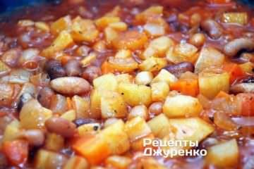 Через 15 мин после начала процесса тушения фасоли с овощами добавить томатное пюре