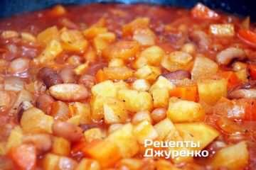 Продолжать тушить фасоль с овощами 10 мин, затем крышку со сковородки снять и дать выкипеть лишней воде