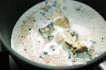 Сыр с плесенью накрошить или нарезать небольшими кубиками и бросить в закипающие сливки
