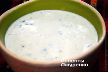 Как только соус начнет закипать, снять согня ислить вглубокую керамическую миску