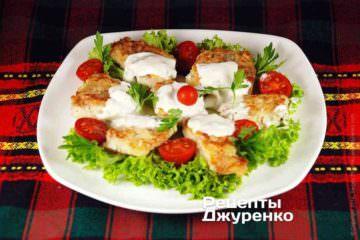 Готовую жареную треску выложить на тарелку и полить сырным соусом