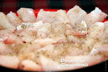 Подготовленное филе нарезать на небольшие кусочки — 2-3 см.