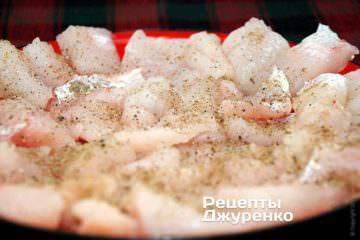 Підготовлене філе нарізати на невеликі шматочки - 2-3 см