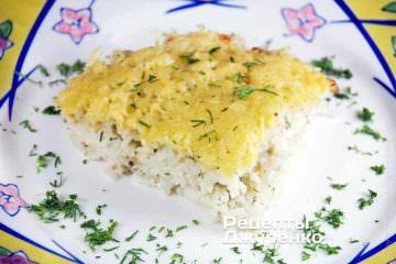 Готовую рисовую запеканку разрезать на порции и выложить на тарелки