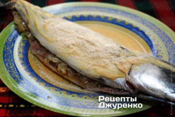 Уложить фаршированную луком скумбрию на большую тарелку