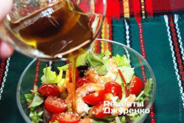 Полить салат заправкой и перемешать