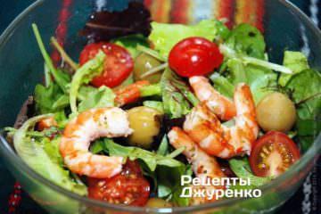 Разложить готовый салат с креветками в подходящие по размеру порционные салатницы