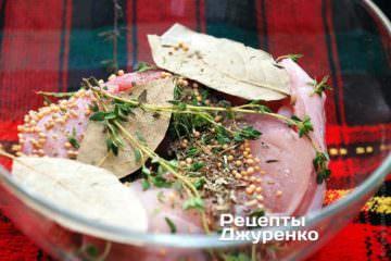 Куски крольчатины вымыть и сложить в глубокую керамическую или стеклянную посуду