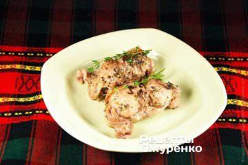 Готового запеченного кролика выложить на тарелки