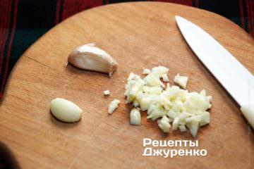 Острым ножом нарезать чеснок на мелкие кубики, размер приблизительно как спичечная головка