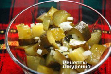 Фото к рецепту: салат с солеными огурцами