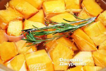 Уложить кубики очищенной тыквы в широкую кастрюлю