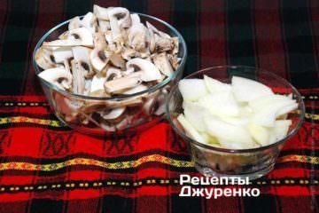Нарезать все грибы. Крупную луковицу очистить и нарезать крупной соломкой.