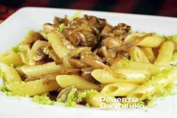 Блюдо можно посыпать тертым пармезаном или пармезаном, измельченным с зеленым базиликом.
