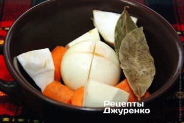 Очистить коренья сельдерея и петрушки, морковку и пастернак