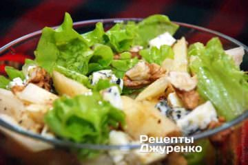 Взболтать масло с уксусом вилкой и полить заправкой салат с грушей. Слегка перемешать салат с грушей, но не слишком активно
