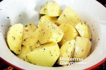 Нарізану картоплю за смаком посолити і поперчити, додати дрібку сухих ароматних трав