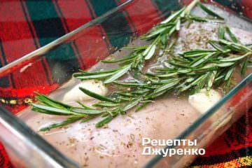 Замаринувати шматки кролика у вині