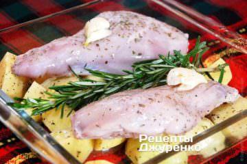 На дно керамічної або скляної форми для запікання укласти картоплю. Поверх картоплі укласти шматки кролика