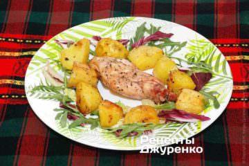 По центру укласти шматок запеченого кролика, а гарнір із запеченої картоплі розташувати навколо
