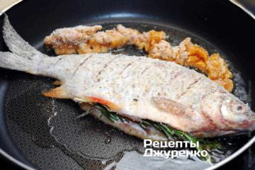 В хорошо разогретое масло выложить рыбу в сухарях, икру и жарить на огне чуть выше среднего до образования румяной корочки