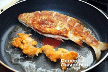 Дожарить рыбу и икру до полной готовности